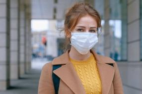 Coronanieuws: Amsterdam en Rotterdam stoppen met mondkapjesplicht, Schiphol schrapt honderden banen