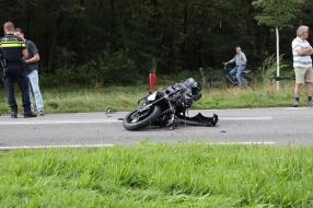 Motorrijder ernstig gewond door botsing in Mill
