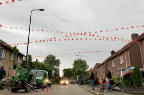 Vier kilometer vlaggetjes, Mill kleurt oranje