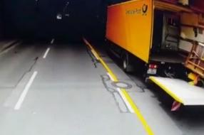 Zo redt Jan een chauffeur die container van 300 kilo op zich krijgt [VIDEO]